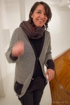 Artist Arianna Carossa plus Italian hand gesture