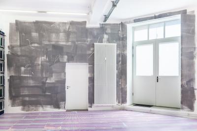 Friederike Feldmann, dust, Acrylic and masking liquid maker on wall, variable dimensions, 2015 / Caroline Kryzecki, floor piece #1, 500 serigraphs on paper á 50 x 70 cm, 150 sq. meters, 2015 / Photo © by: Nils Steinke courtesy of the artists and Arratia Beer