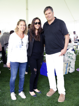 (L-R) Liz Hopfan with Allison Brant and Artist Rob Pruitt